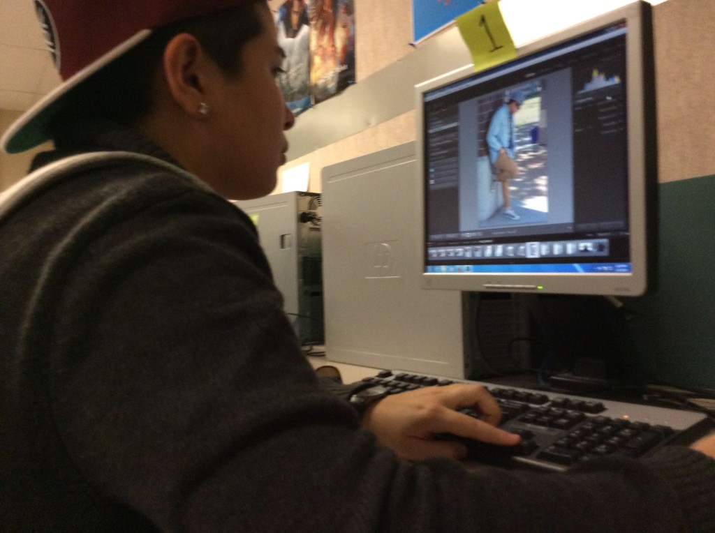 Natomas High students uses new computer to edit photographs. / Photo by Jeremiah McWright