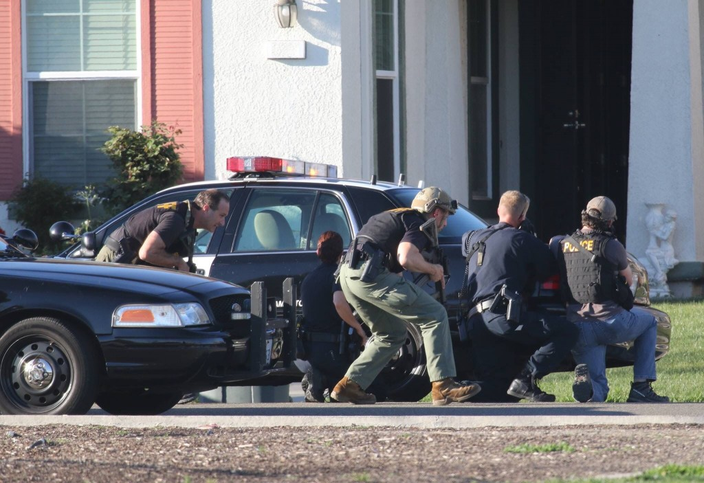 Officers surround Natomas home where suspect believed to be injured. / Photo by Nerina Fielding.