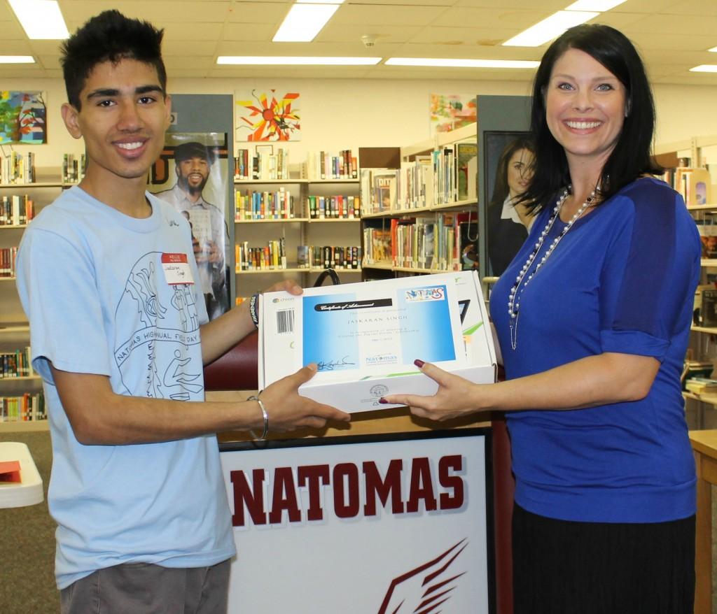 Natomas Unified trustee Lisa Kaplan awards Jaskaran Singh with a new Chromebook. / Photo: J. Sanders
